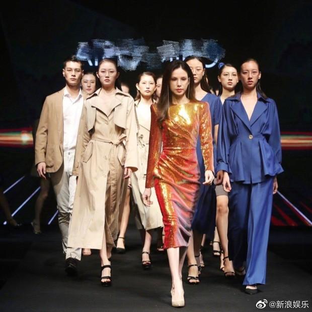 Dân mạng choáng với thân hình chuẩn siêu mẫu của Lý Nhược Đồng trên sàn catwalk ảnh 2