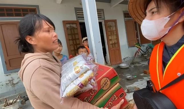 Thủy Tiên tài trợ học phí đến hết đại học cho 2 em nghèo vùng lũ ảnh 2