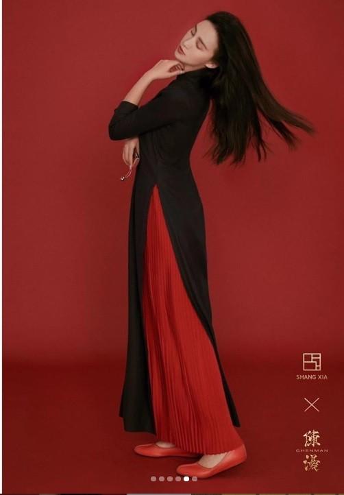 Tranh cãi thiết kế của nhiếp ảnh gia nổi tiếng Trung Quốc giống hệt áo dài Việt Nam ảnh 2