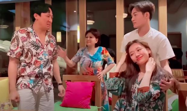 Trấn Thành hùng hục giật tóc Hari Won túi bụi, fan 'ngã ngửa' khi biết lý do ảnh 2