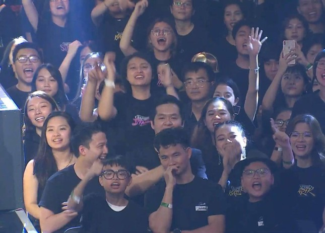 Phì cười trước biểu cảm của 2 con trai Xuân Bắc khi quán quân Rap Việt được xướng tên ảnh 2