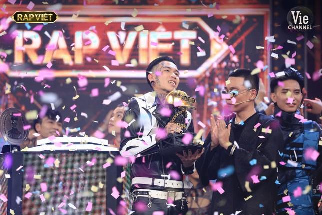Phì cười trước biểu cảm của 2 con trai Xuân Bắc khi quán quân Rap Việt được xướng tên ảnh 1