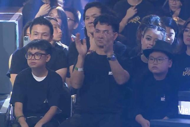 Phì cười trước biểu cảm của 2 con trai Xuân Bắc khi quán quân Rap Việt được xướng tên ảnh 3