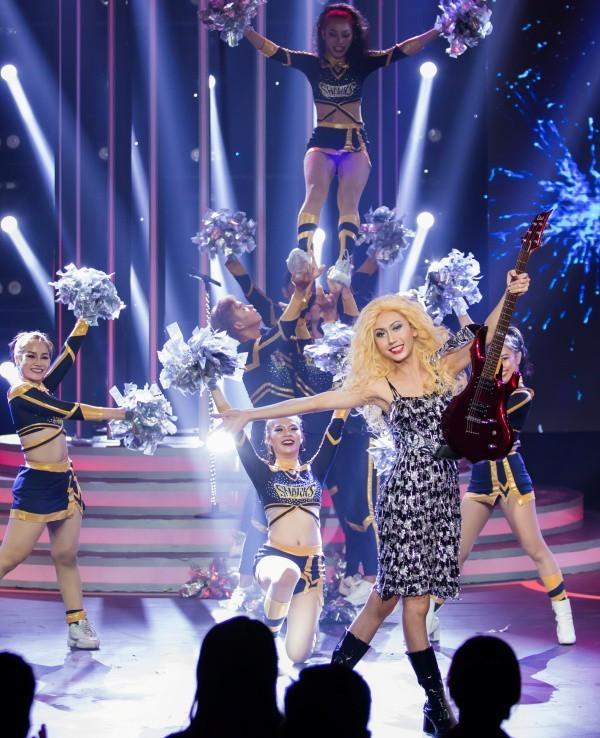 Hóa trang thành Taylor Swift, Lynk Lee và stylist nhận nhiều bình luận tiêu cực ảnh 3