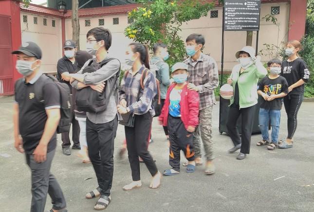 Người dân xếp hàng dài xuyên trưa chờ được nhìn Chí Tài lần cuối trước khi qua Mỹ ảnh 3