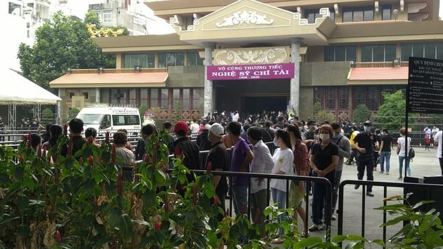 Người dân xếp hàng dài xuyên trưa chờ được nhìn Chí Tài lần cuối trước khi qua Mỹ ảnh 4