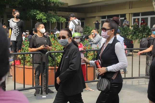 Ngày buồn cuối năm của showbiz Việt: Đông đảo nghệ sĩ đến tiễn biệt danh hài Chí Tài ảnh 11