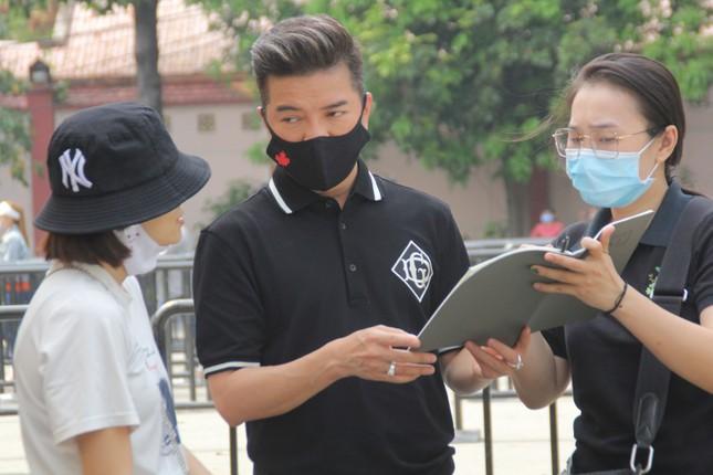 Ngày buồn cuối năm của showbiz Việt: Đông đảo nghệ sĩ đến tiễn biệt danh hài Chí Tài ảnh 14