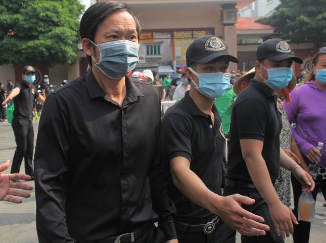 Ngày buồn cuối năm của showbiz Việt: Đông đảo nghệ sĩ đến tiễn biệt danh hài Chí Tài ảnh 2