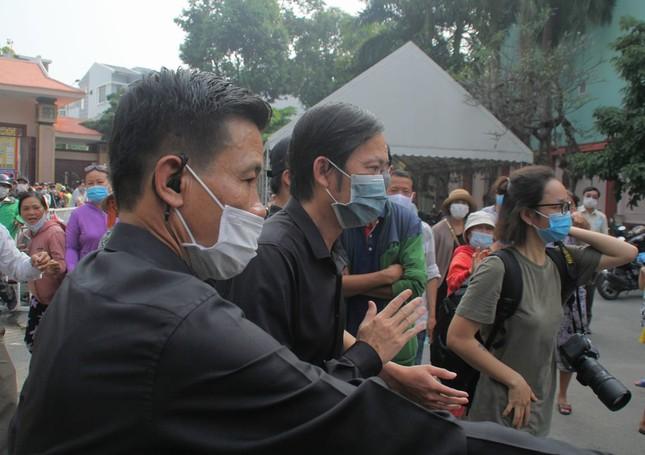 Ngày buồn cuối năm của showbiz Việt: Đông đảo nghệ sĩ đến tiễn biệt danh hài Chí Tài ảnh 1