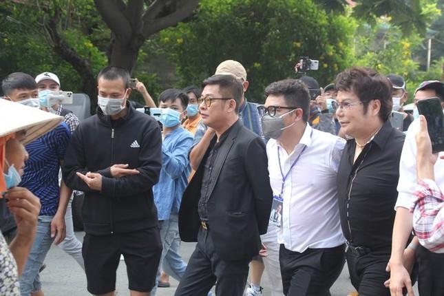 Ngày buồn cuối năm của showbiz Việt: Đông đảo nghệ sĩ đến tiễn biệt danh hài Chí Tài ảnh 4