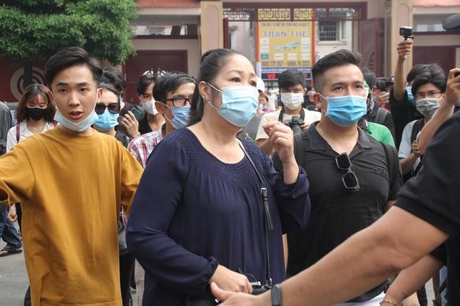 Ngày buồn cuối năm của showbiz Việt: Đông đảo nghệ sĩ đến tiễn biệt danh hài Chí Tài ảnh 13