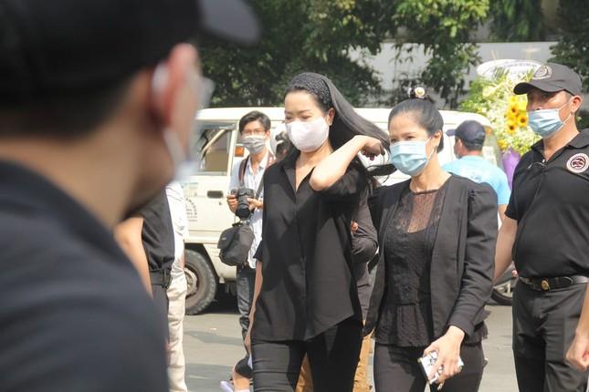 Ngày buồn cuối năm của showbiz Việt: Đông đảo nghệ sĩ đến tiễn biệt danh hài Chí Tài ảnh 7