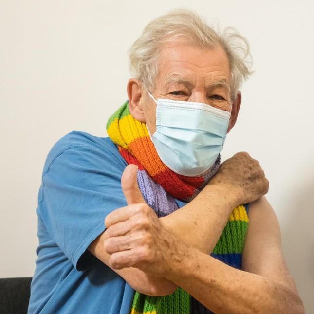 Nam diễn viên 'Chúa nhẫn' 81 tuổi tiêm vắc-xin phòng COVID-19 ảnh 2