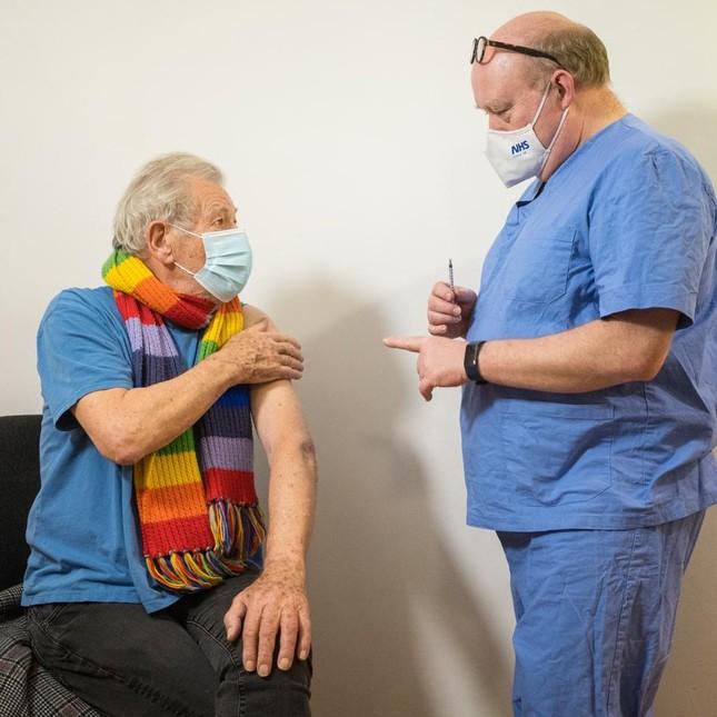 Nam diễn viên 'Chúa nhẫn' 81 tuổi tiêm vắc-xin phòng COVID-19 ảnh 1