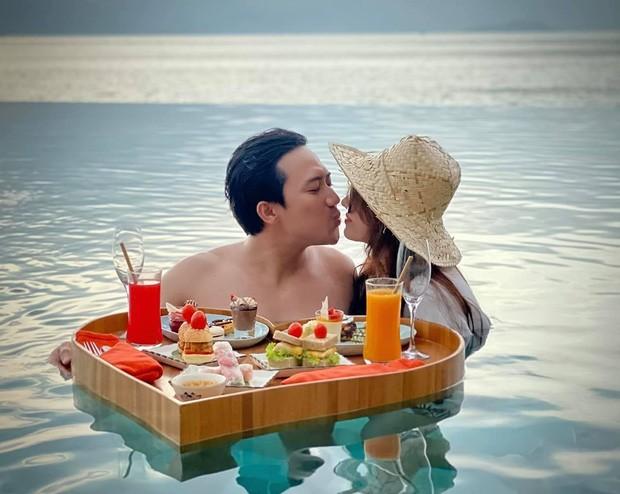 Ảnh Trấn Thành - Hari Won tình tứ trong bồn tắm kỷ niệm 1500 ngày yêu gây tranh cãi ảnh 6