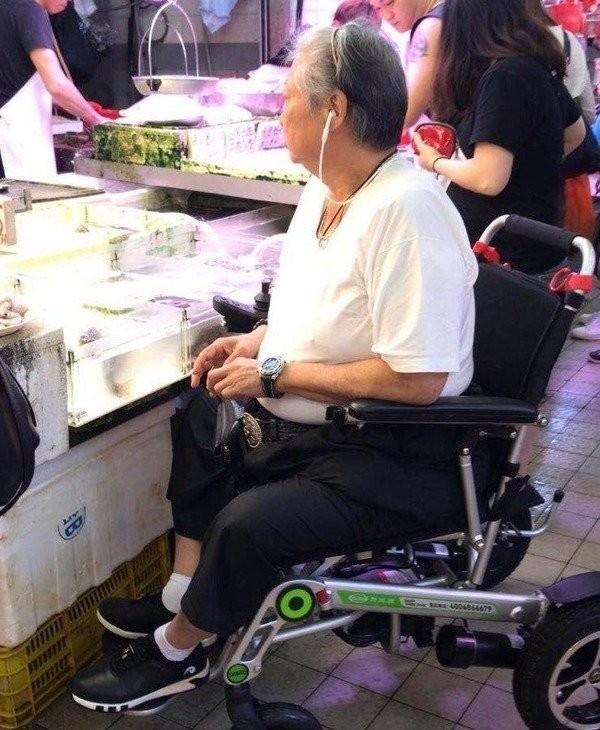 Hình ảnh mới nhất của 'siêu sao võ thuật' Hồng Kim Bảo sau khi sụt cân, ngồi xe lăn ảnh 3
