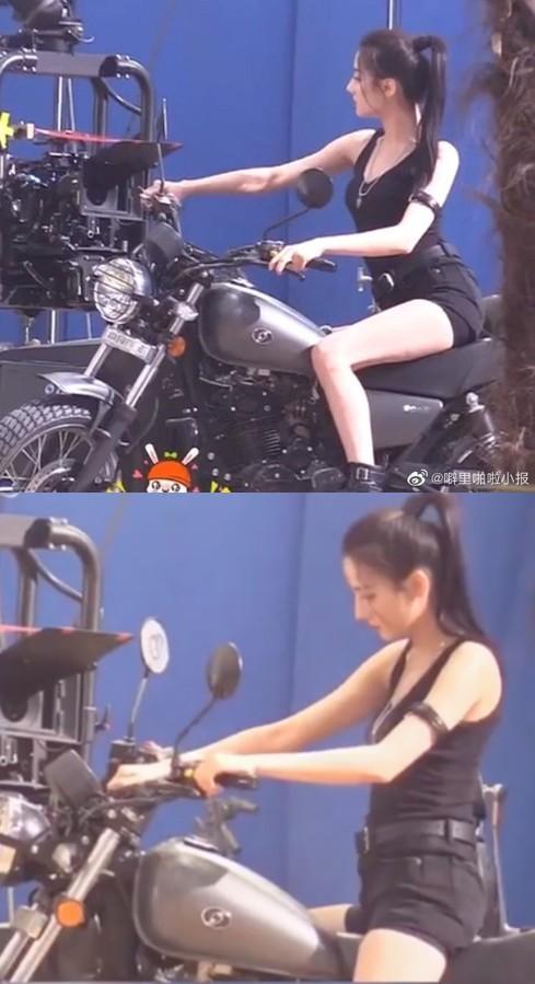 Địch Lệ Nhiệt Ba diện đồ bó sát cưỡi môtô phô diễn đường cong hoàn hảo ảnh 1