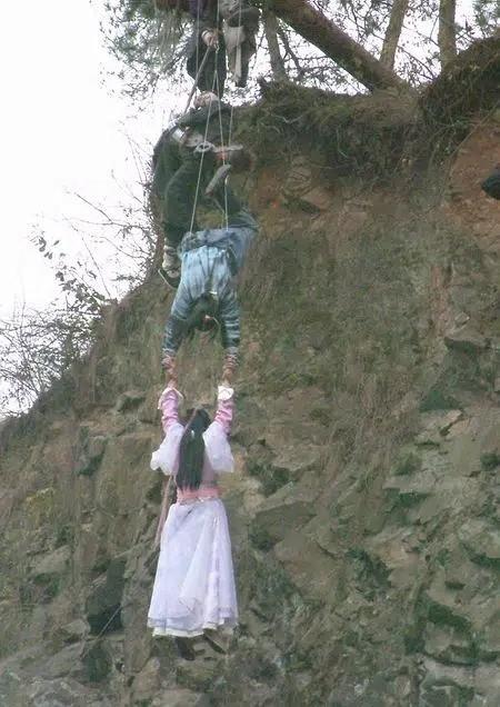 Hậu trường cảnh treo mình nguy hiểm trong 'Thiên Long Bát Bộ' của Lưu Diệc Phi ảnh 1