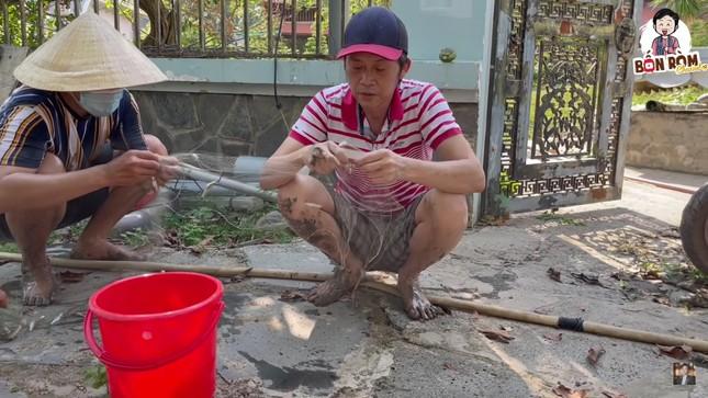 Hoài Linh lấm lem bùn đất, tự tay ra ao thả lưới bắt cá ảnh 1