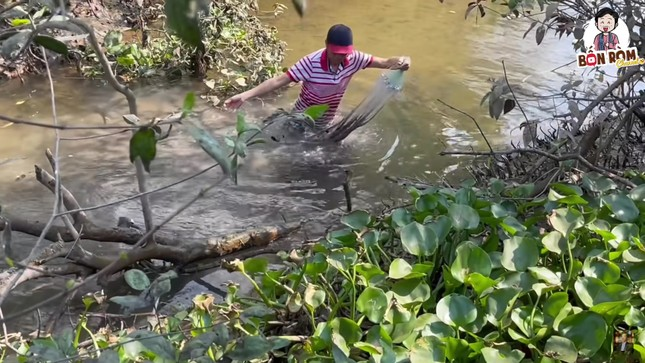 Hoài Linh lấm lem bùn đất, tự tay ra ao thả lưới bắt cá ảnh 2