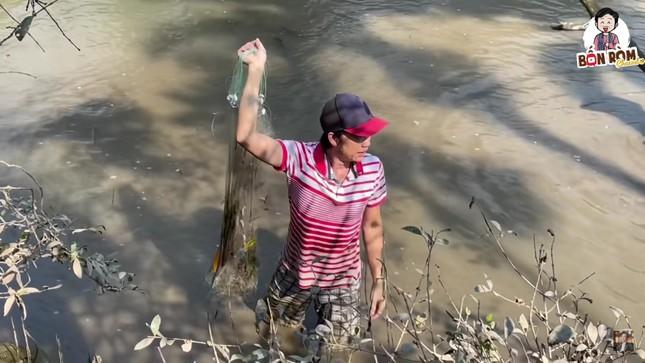 Hoài Linh lấm lem bùn đất, tự tay ra ao thả lưới bắt cá ảnh 4