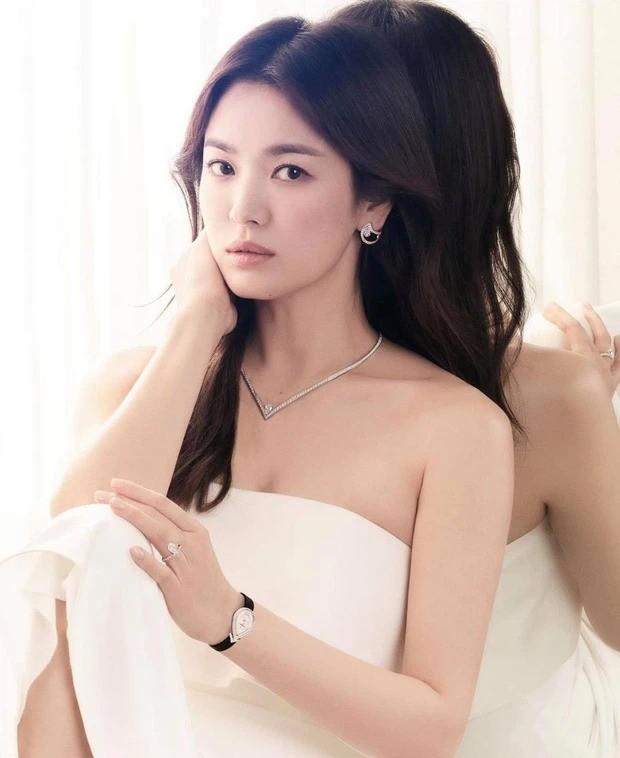 Song Hye Kyo khoe vai trần gợi cảm, nhan sắc cực phẩm dù đã bước sang tuổi 40 ảnh 2