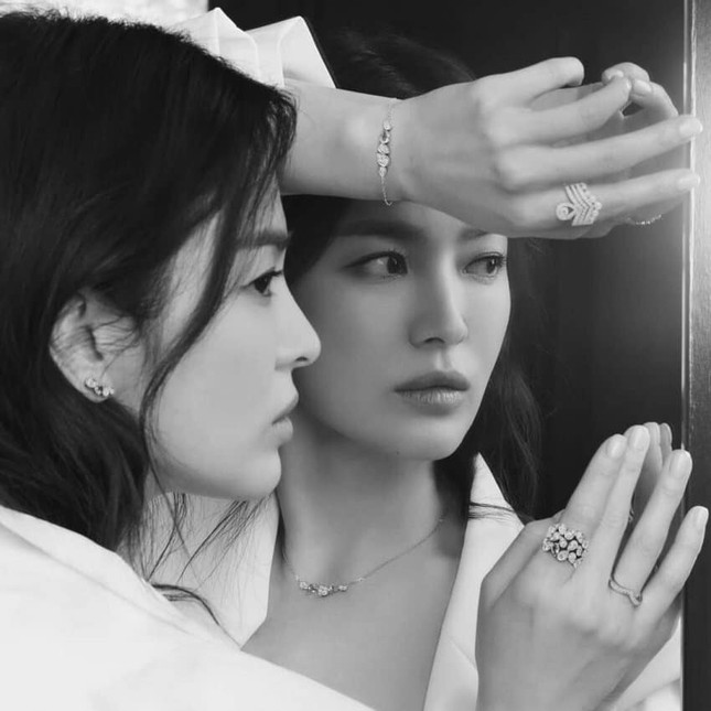 Song Hye Kyo khoe vai trần gợi cảm, nhan sắc cực phẩm dù đã bước sang tuổi 40 ảnh 3