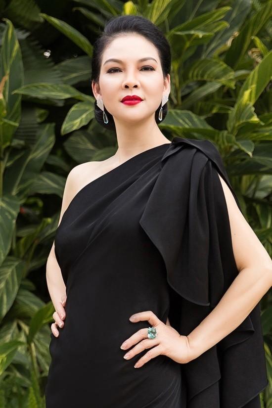 'Đệ nhất mỹ nhân' Thủy Hương trẻ trung, nuột nà ở tuổi 54 ảnh 1