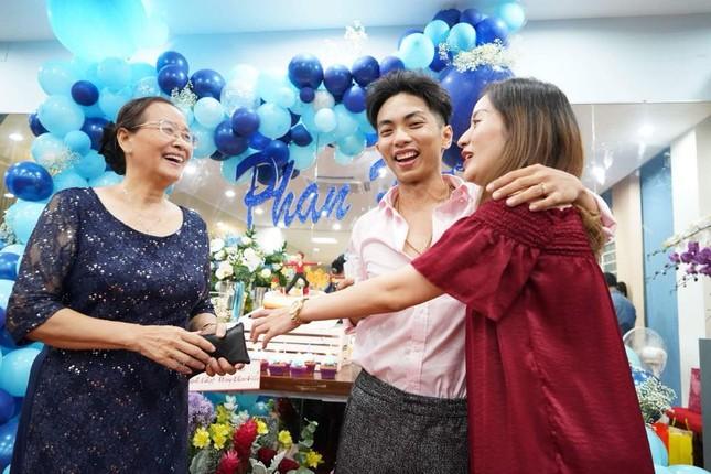 Khánh Thi nén đau sau sinh mổ để tổ chức sinh nhật cho Phan Hiển ảnh 1