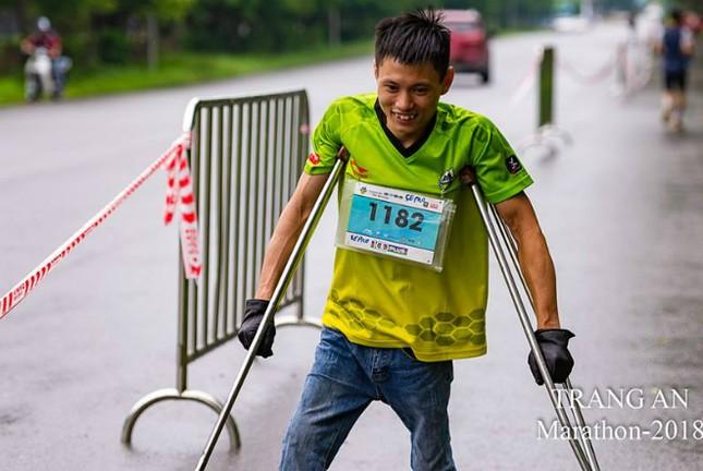 Chàng trai chống nạng chinh phục 10 km giải marathon ảnh 1