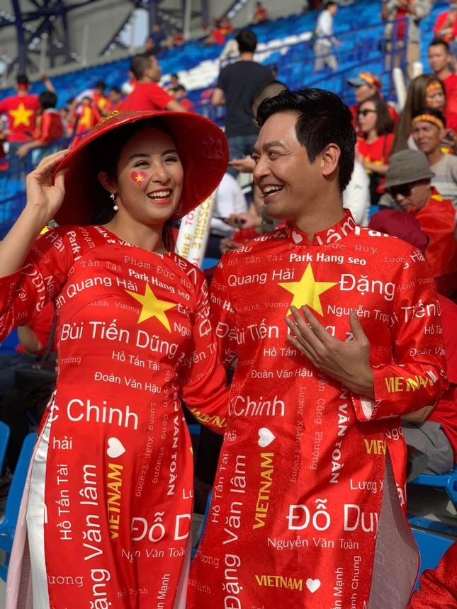 Hoa hậu Ngọc Hân mặc áo dài rạng rỡ trên khán đài cổ vũ tuyển Việt Nam ảnh 1