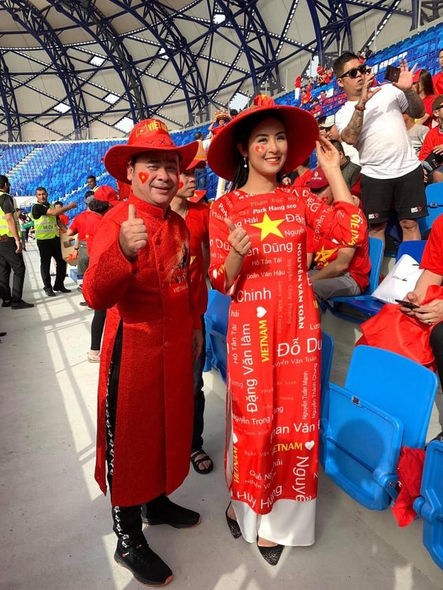 Hoa hậu Ngọc Hân mặc áo dài rạng rỡ trên khán đài cổ vũ tuyển Việt Nam ảnh 2