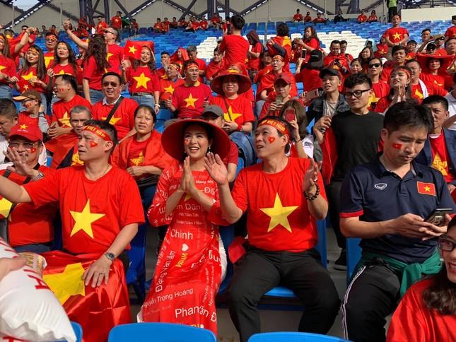 Hoa hậu Ngọc Hân mặc áo dài rạng rỡ trên khán đài cổ vũ tuyển Việt Nam ảnh 3