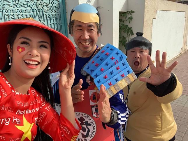 Hoa hậu Ngọc Hân mặc áo dài rạng rỡ trên khán đài cổ vũ tuyển Việt Nam ảnh 4