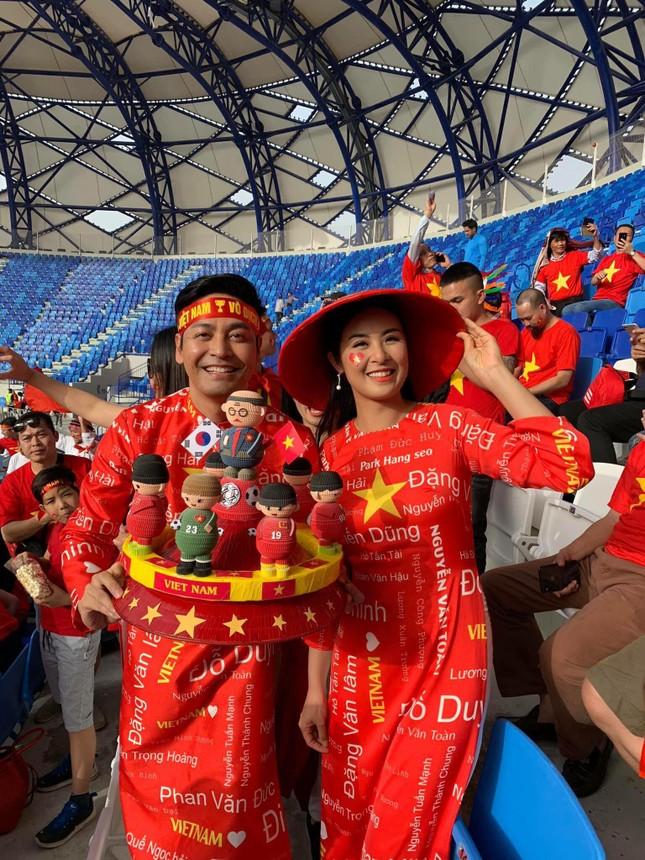 Hoa hậu Ngọc Hân mặc áo dài rạng rỡ trên khán đài cổ vũ tuyển Việt Nam ảnh 5