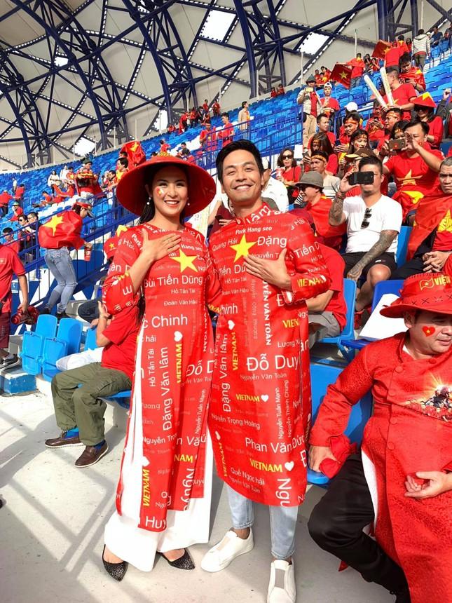 Hoa hậu Ngọc Hân mặc áo dài rạng rỡ trên khán đài cổ vũ tuyển Việt Nam ảnh 6