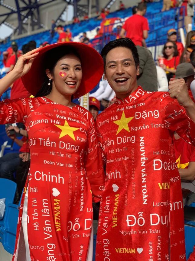 Hoa hậu Ngọc Hân mặc áo dài rạng rỡ trên khán đài cổ vũ tuyển Việt Nam ảnh 7