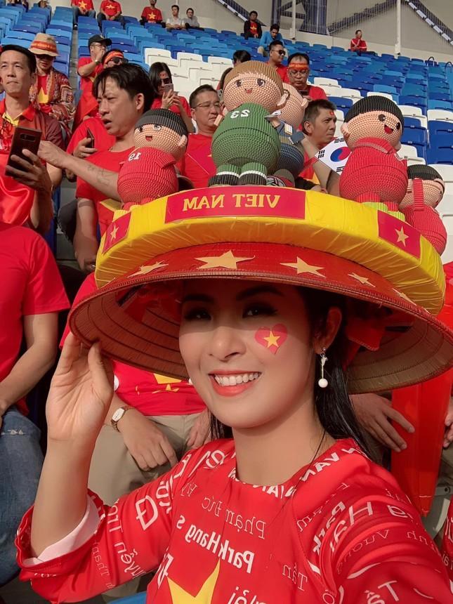 Hoa hậu Ngọc Hân mặc áo dài rạng rỡ trên khán đài cổ vũ tuyển Việt Nam ảnh 8