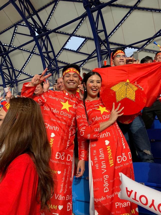Hoa hậu Ngọc Hân mặc áo dài rạng rỡ trên khán đài cổ vũ tuyển Việt Nam ảnh 9
