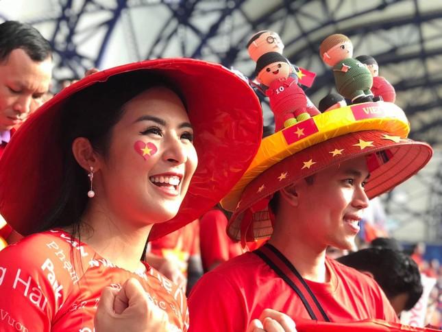 Hoa hậu Ngọc Hân mặc áo dài rạng rỡ trên khán đài cổ vũ tuyển Việt Nam ảnh 10