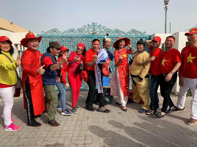 Hoa hậu Ngọc Hân mặc áo dài rạng rỡ trên khán đài cổ vũ tuyển Việt Nam ảnh 11
