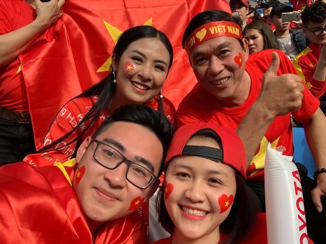 Hoa hậu Ngọc Hân mặc áo dài rạng rỡ trên khán đài cổ vũ tuyển Việt Nam ảnh 12
