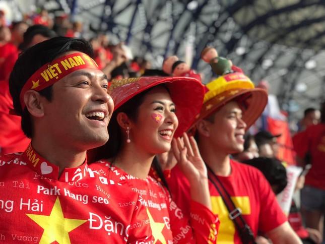 Hoa hậu Ngọc Hân mặc áo dài rạng rỡ trên khán đài cổ vũ tuyển Việt Nam ảnh 14