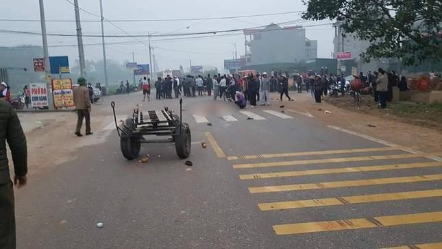 Hãi hùng hiện trường xe khách đâm chết ít nhất 7 người đi đưa tang ở Vĩnh Phúc ảnh 1