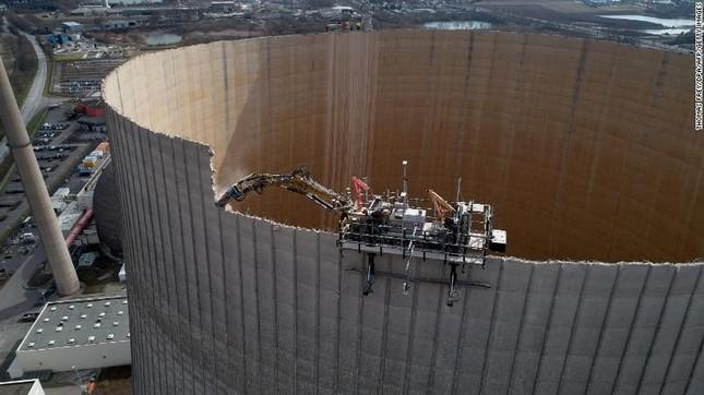 Tháp nhà máy điện hạt nhân Đức bị robot đánh sập như phim tận thế ảnh 1