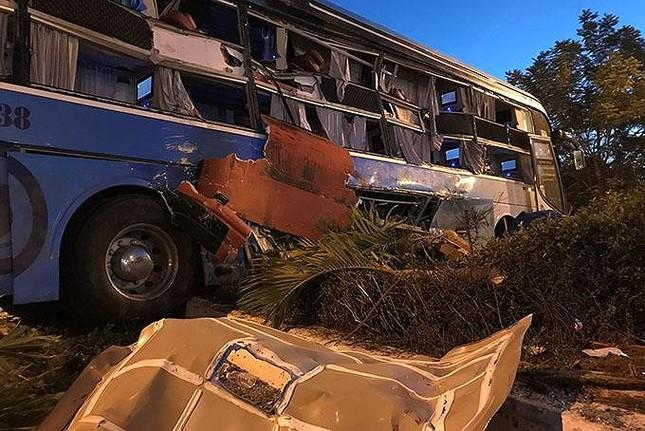 Hiện trường thảm khốc vụ 2 xe giường nằm tông nhau khiến 21 người thương vong ảnh 9