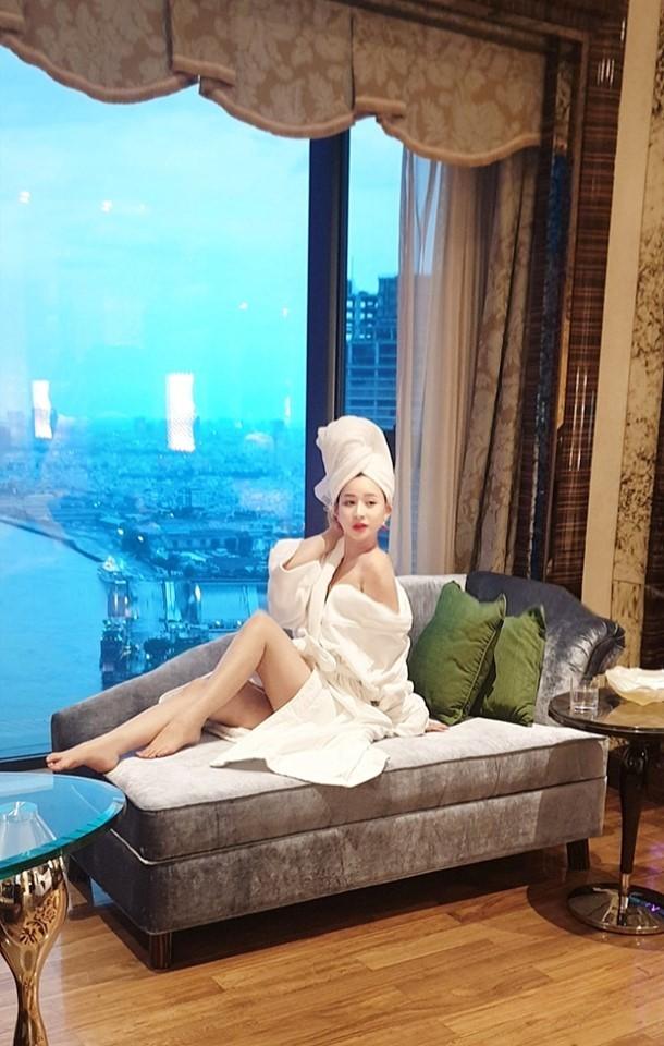 Hot girl bị đồn yêu Quang Lê, là vợ cũ Hồ Quang Hiếu nóng bỏng cỡ nào? ảnh 12