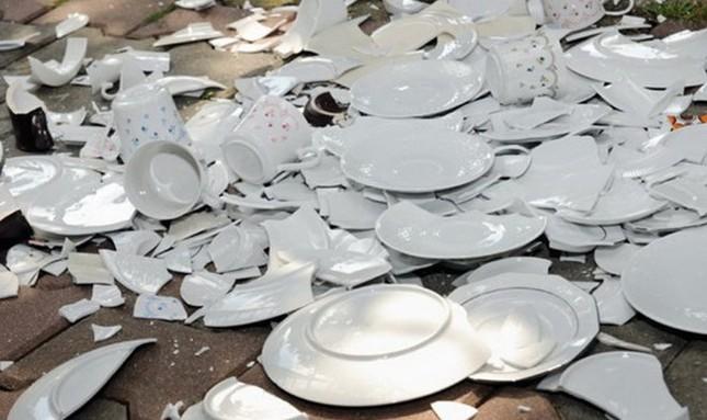 Những kiểu đón tết kì dị: Đón năm mới ở nghĩa địa, ném bát đĩa vào nhà hàng xóm ảnh 3