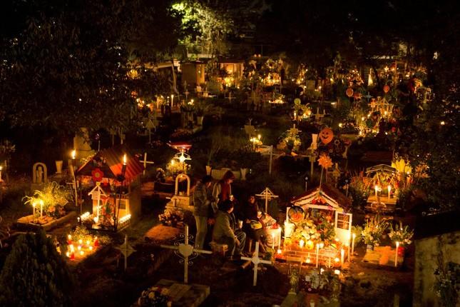 Những kiểu đón tết kì dị: Đón năm mới ở nghĩa địa, ném bát đĩa vào nhà hàng xóm ảnh 1